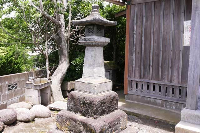 磯邊神社の石灯篭(左)