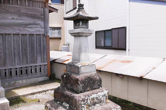 磯邊神社の石灯篭(右)