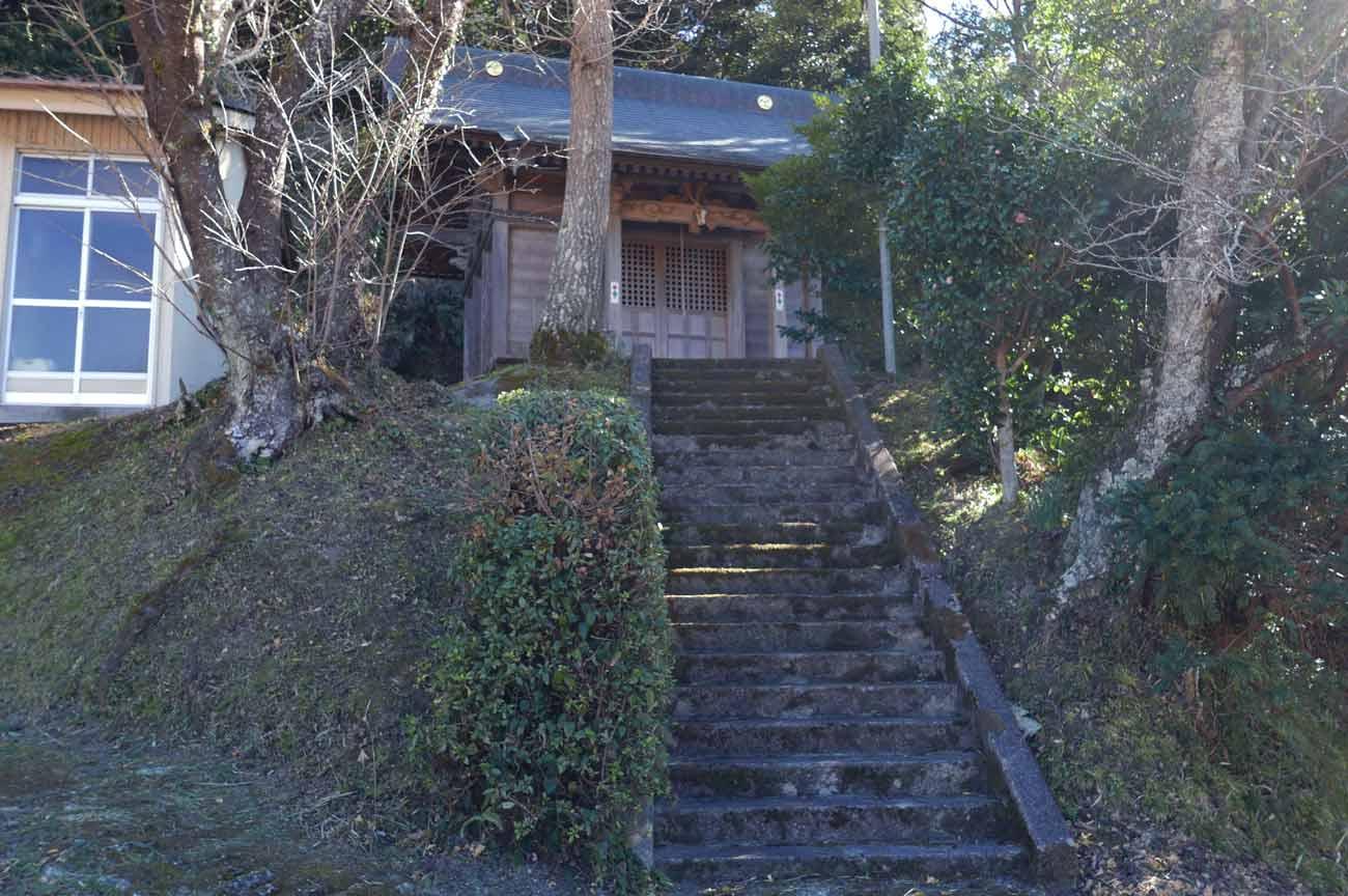 正勝神社の参道と拝殿