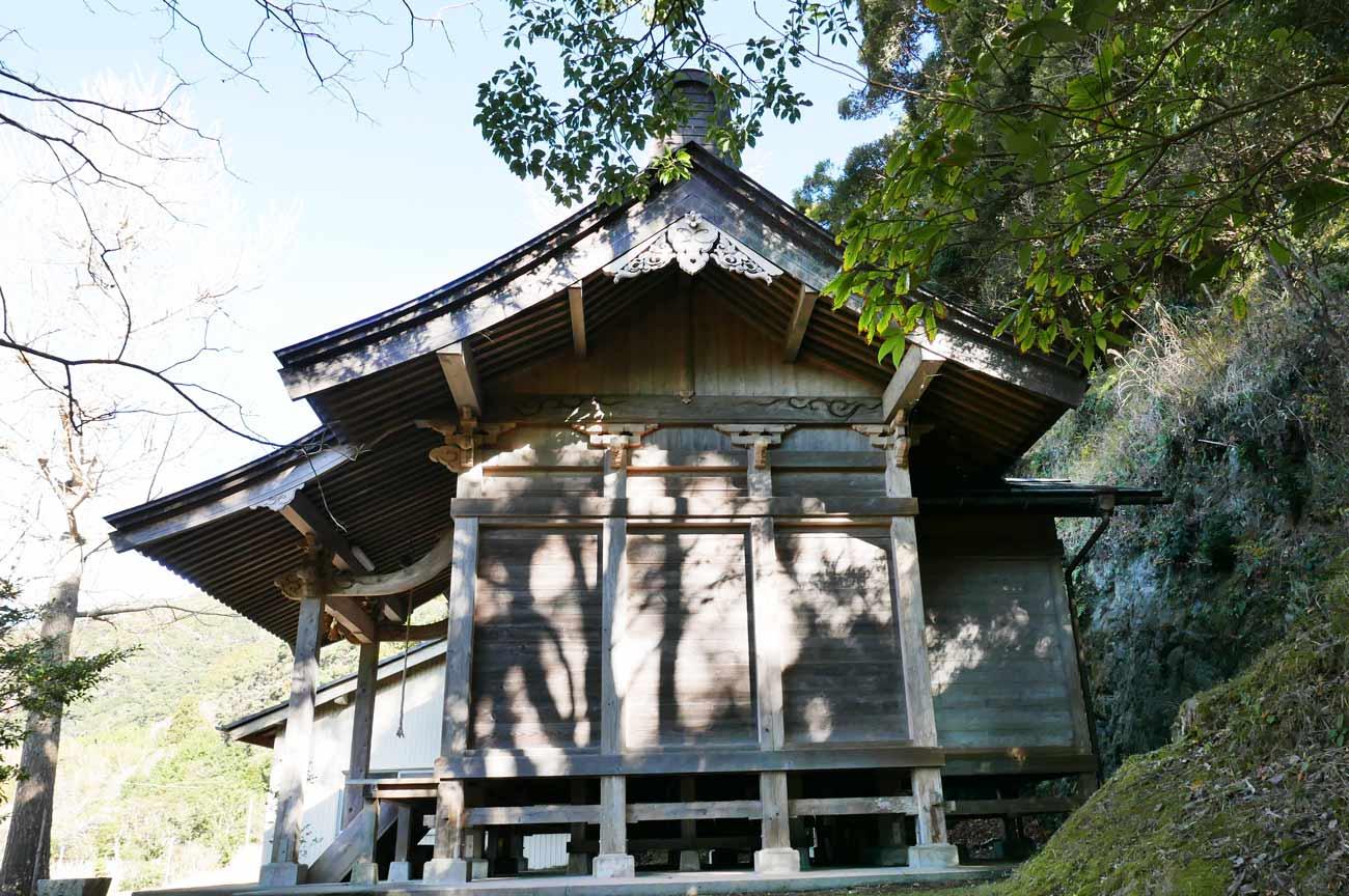 正勝神社の拝殿と本殿