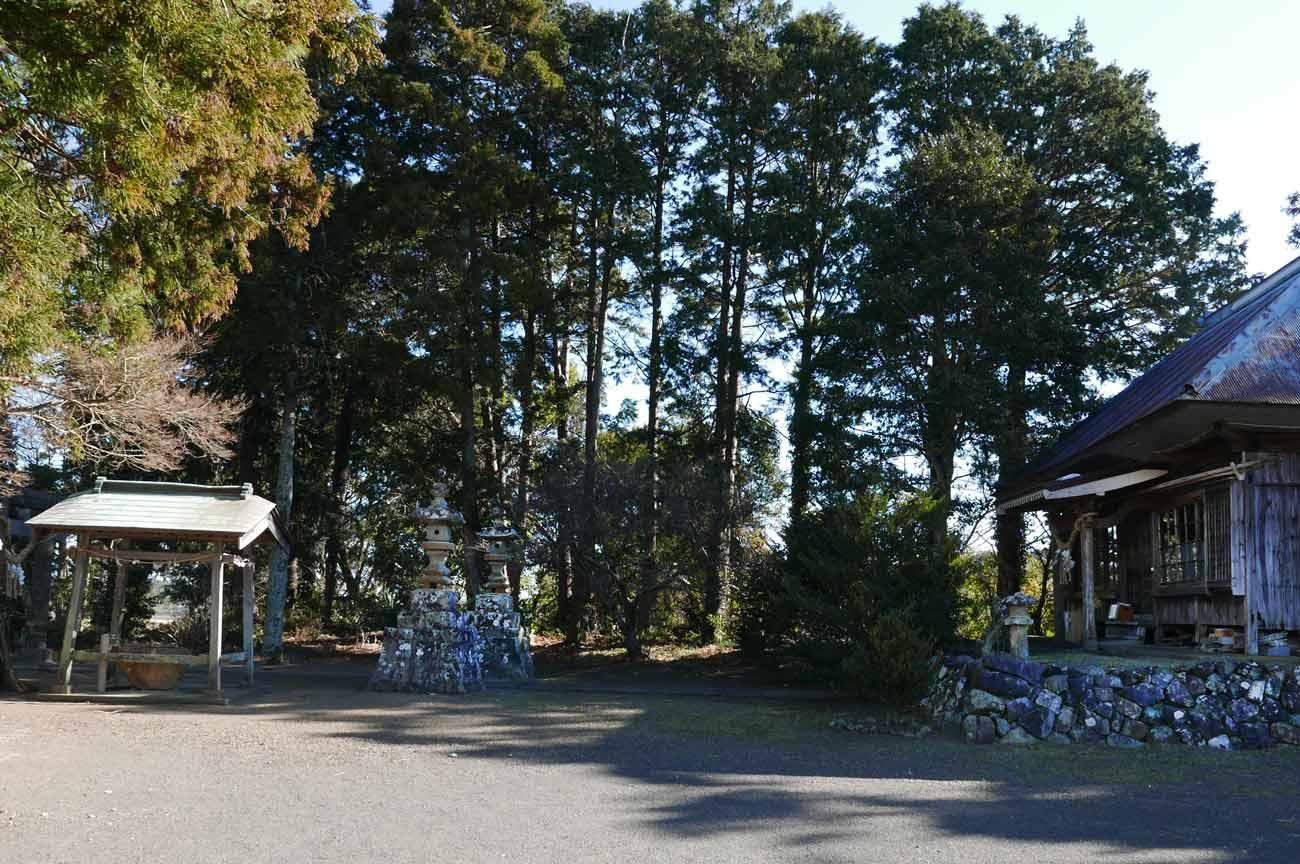 諏訪神社の境内全景