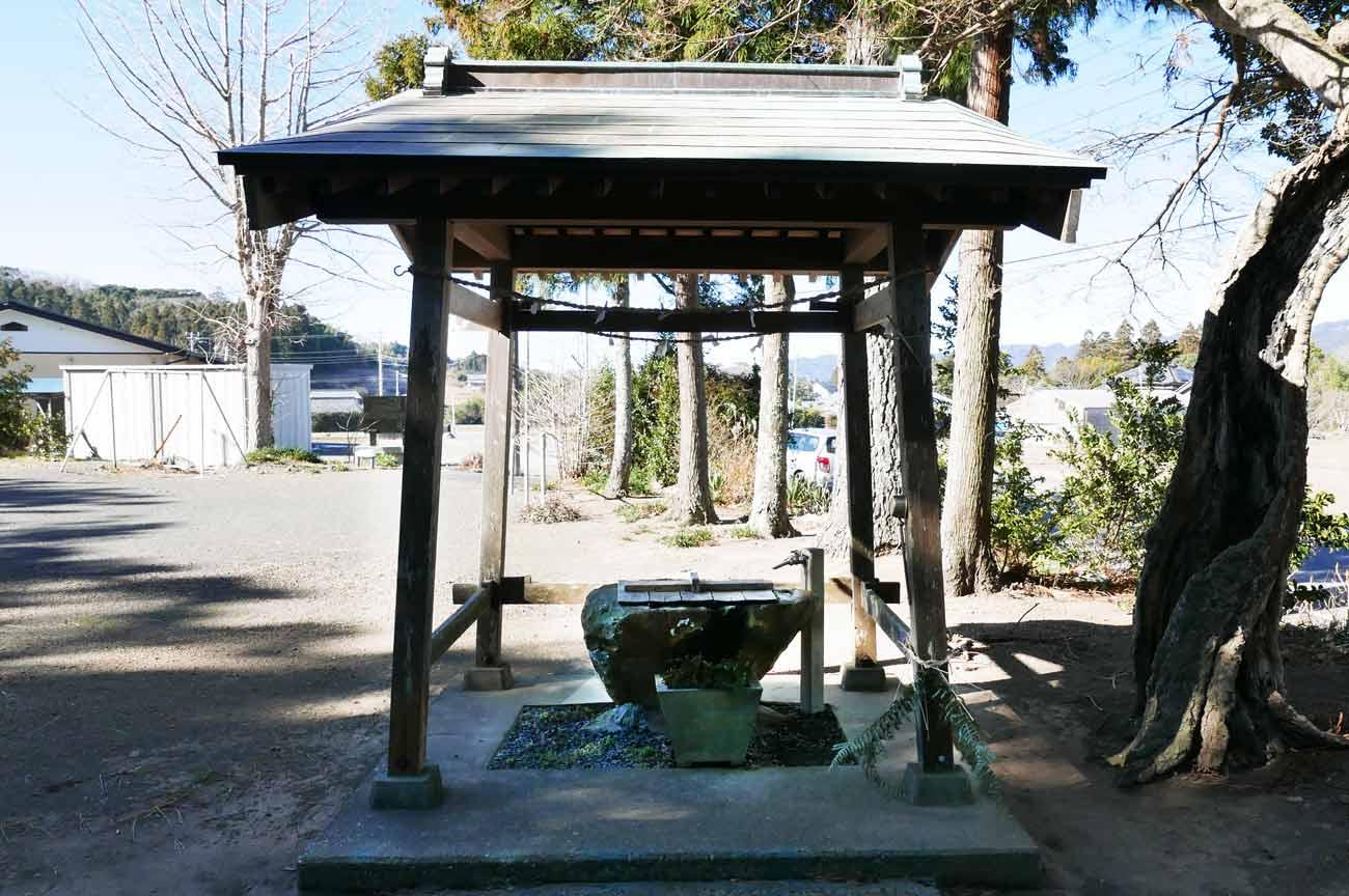諏訪神社の手水舎と手水石