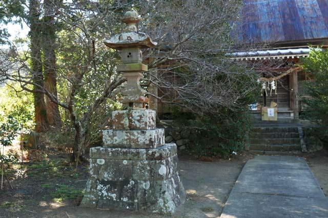 諏訪神社の常夜灯(左)