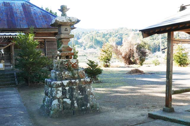 諏訪神社の常夜灯(右)