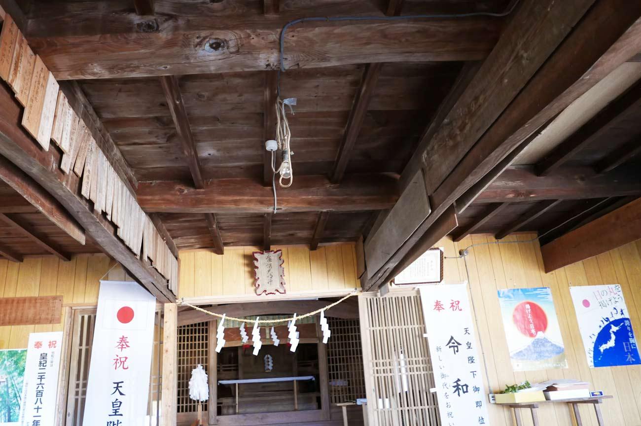 諏訪神社の拝殿内部