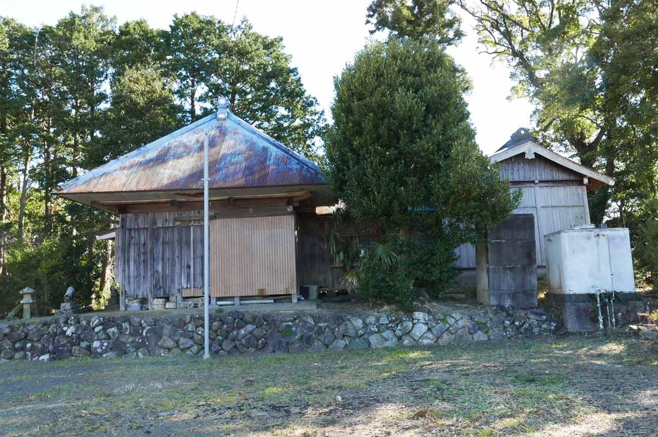 諏訪神社の拝殿と本殿