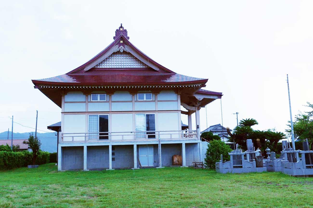 長泉寺の本堂(横から撮影)