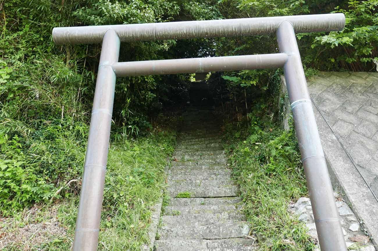 検儀谷神社の鳥居と参道