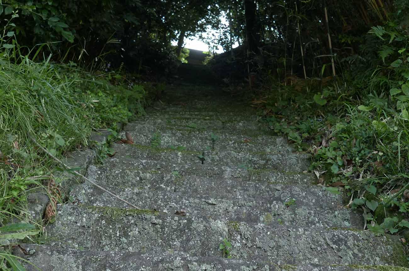 参道の急な石段
