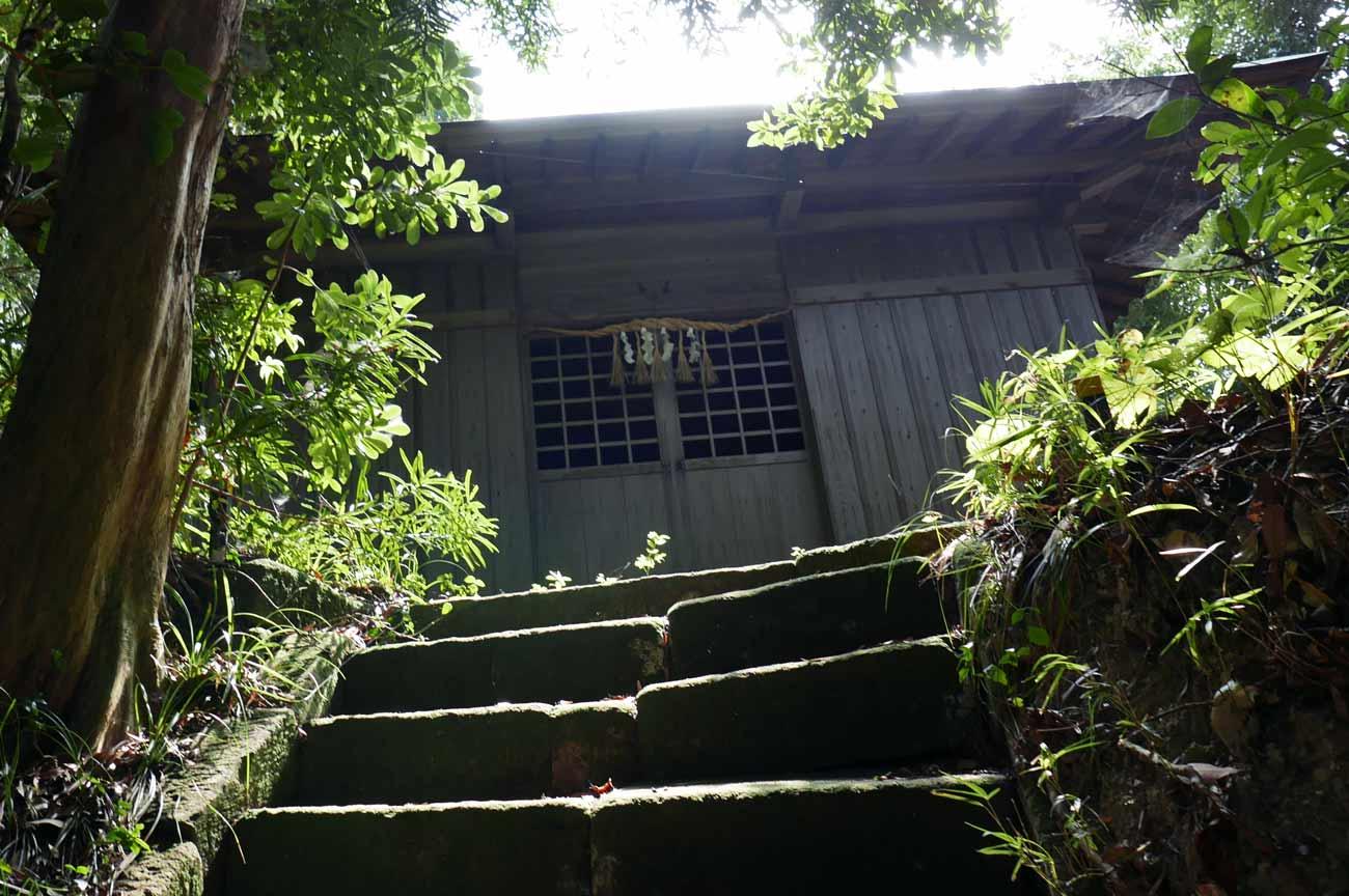 石段の上にある拝殿