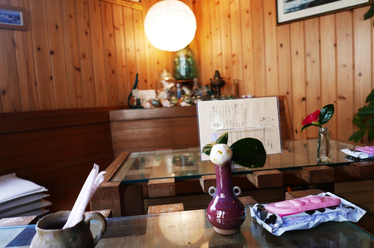 コーヒー専科連絡船のテーブル席