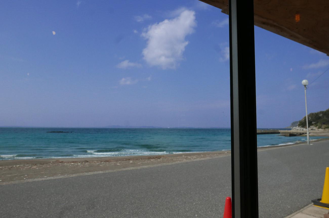 カウンターから海を眺める