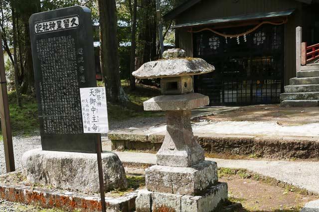 拝殿前の常夜灯(左)