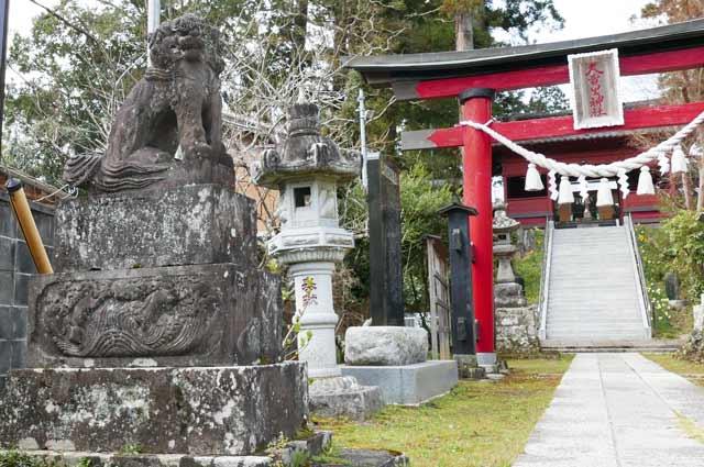 鳥居手前の狛犬(左)