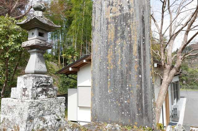 久留里神社の常夜灯(右)