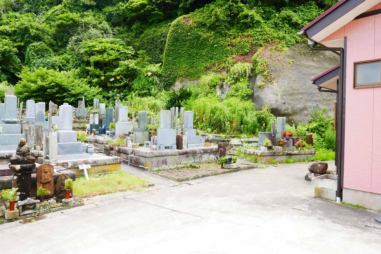 新戸集会所前の墓地
