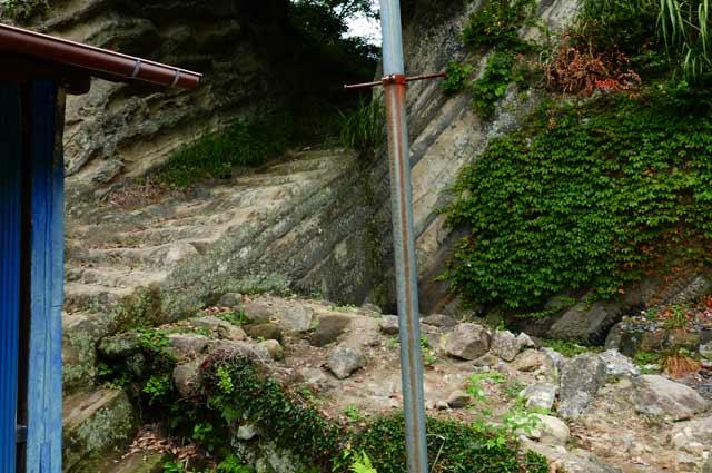 拝殿右側の石段
