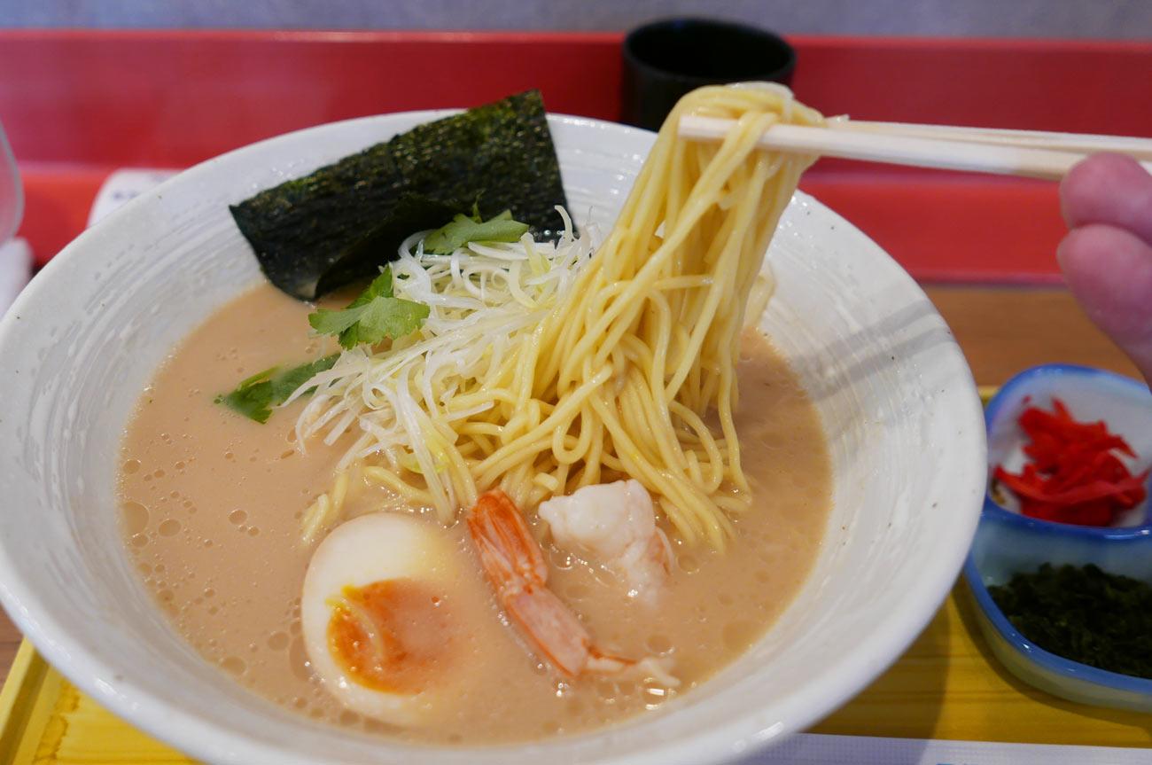 魚骨ラーメンの麺
