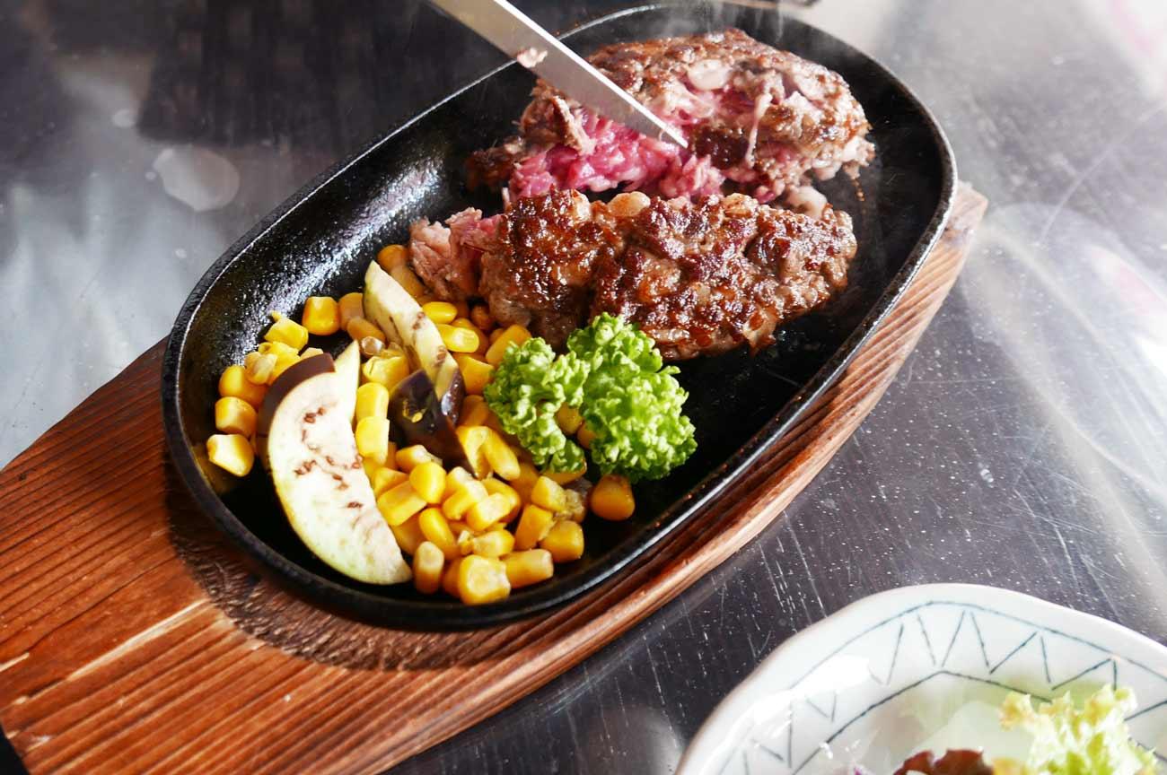 ハンバーグステーキ(調理中)