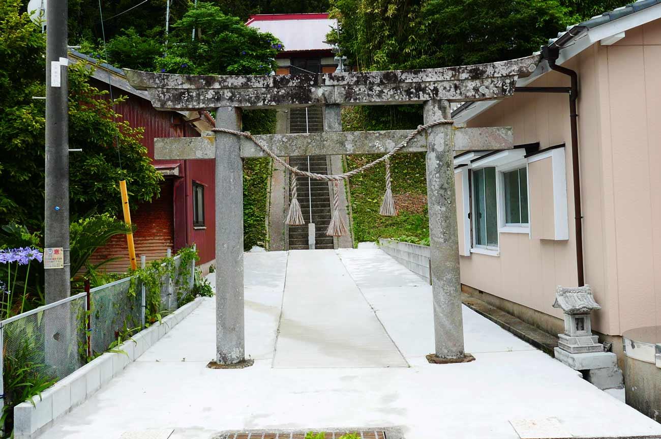 四社神社の鳥居と境内