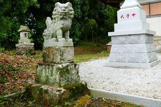 四社神社の狛犬(左)