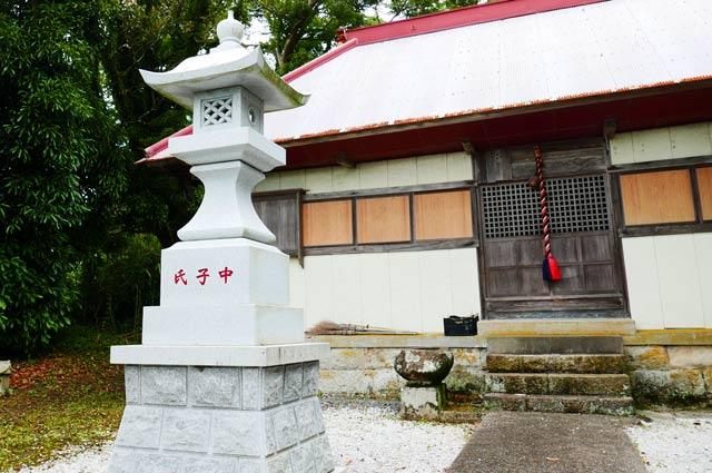 四社神社の常夜灯(左)