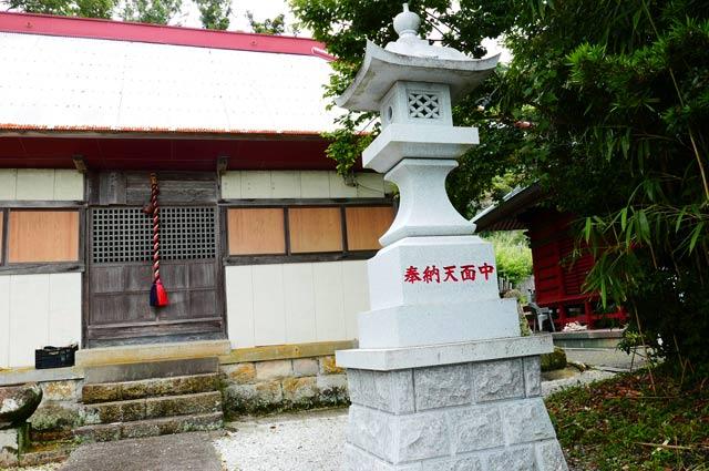 四社神社の常夜灯(右)
