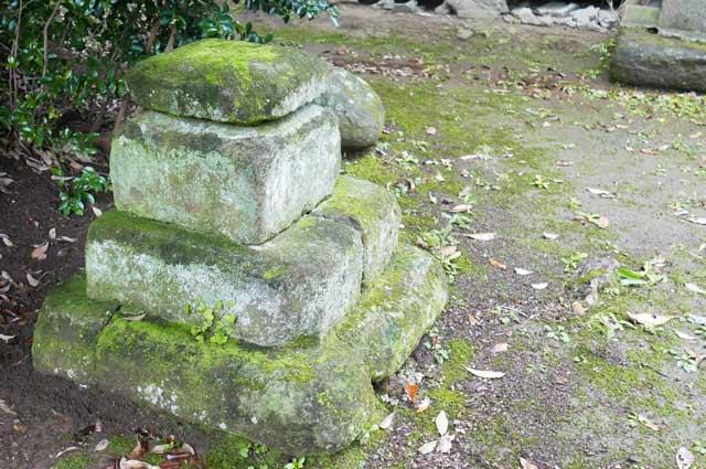 豊受神社の石燈篭(左)
